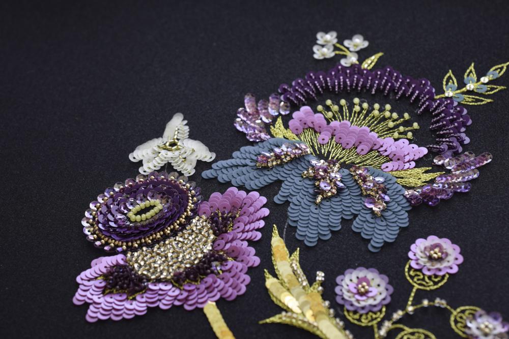 トラディショナルデザインのリュネビル刺繍