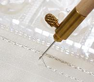 クロシェ・ド・リュネビルによるビーズ刺繍・スパンコール刺繍の様子