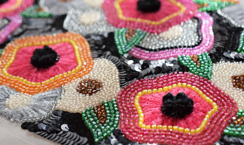〜カラフルに黒を合わせる〜 抽象的な花柄は色で遊ぶ