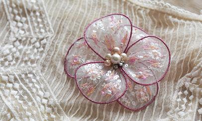 透け感コサージュ メタリック糸と花型スパンコールを使って