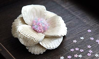 花形スパンコールのコサージュ